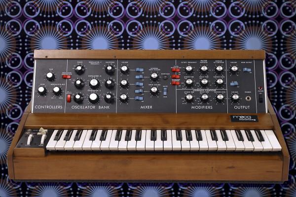 """""""Maschinen, ohne sie wär das doch hier alles nix.Fotografiert im Synthesizerstudio. Hamburg`s Minimoog und mein Frühstücksbrettchen."""""""