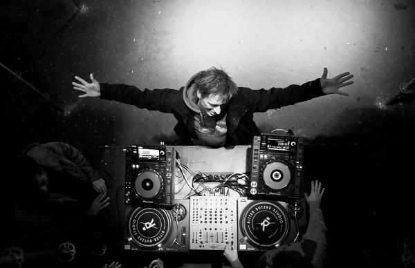 Der Stadtbekannte Berliner DJ David Dorad umarmt kurz die nächste Party
