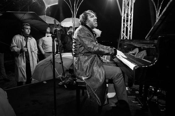 Chilly Gonzales kann sogar Regen auf dem Piano, das Publikum ist ehrfürchtig verblüfft, zurecht, denn er ist wirklich ein Meister seines Fachs.