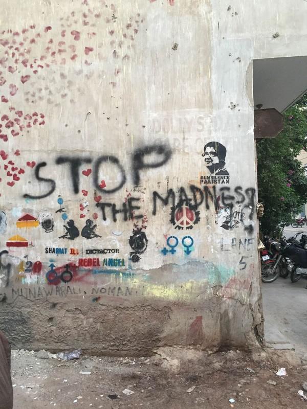 Eingangstür-zum-Café-T2F,-das-Stencil-an-der-Wand-zeigt-Sabeen-Mahmud.