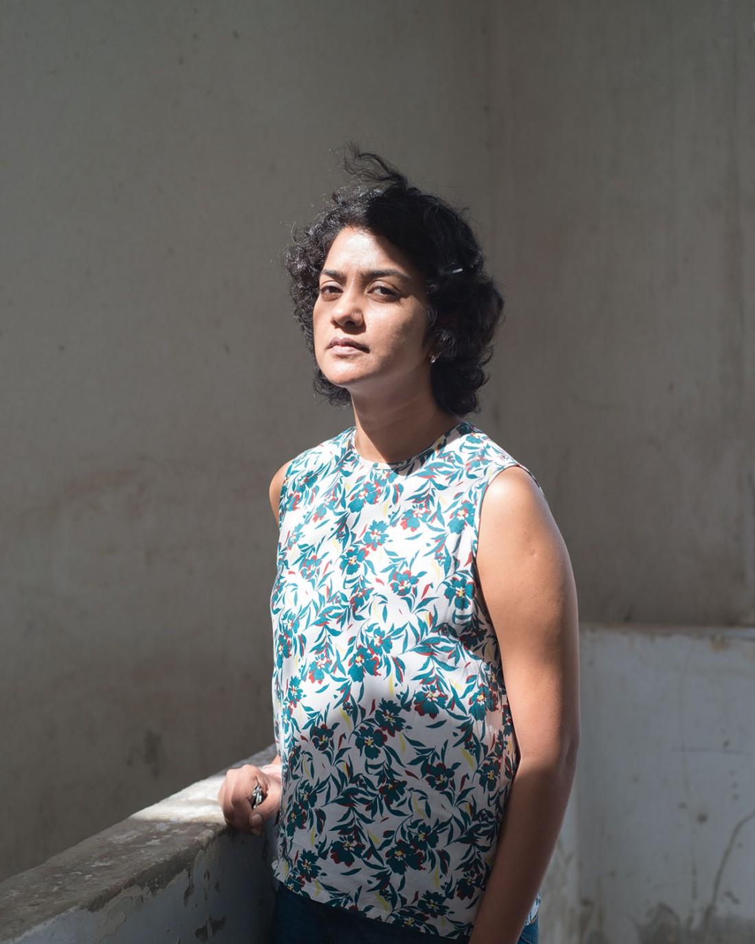 Porträt der Künstlerin Seema Nusrat, sie setzt sich in ihrer Arbeit mit der Evolution der Architektur Karachis auseinander. Seit einigen Jahren gehören Barrikaden zum Straßenbild der Stadt, eine Panzersperre wird zum gängigen Baukörper in der Architektur der Stadt. Karachi, Pakistan 2016  (Photo: Pablo Lauf)