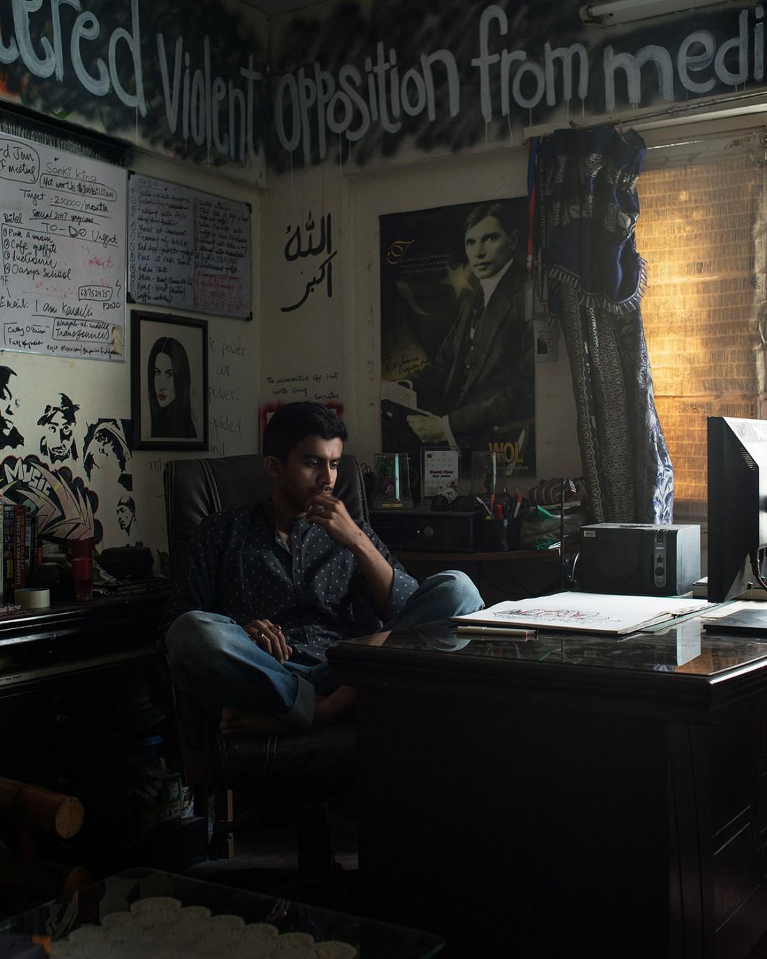 Der Graffitikünstler Sanki in seinem Schlafzimmer, Atelier und Büro in North Nazimabad, Karachi, Pakistan 2016 (Photo: Pablo Lauf)