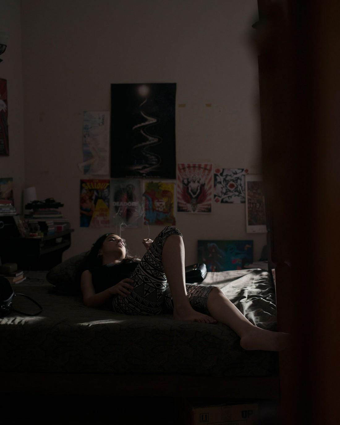 Die Illustratorin Samya tagträumend auf ihrem Bett. Clifton Karachi, Pakistan 2016 (Photo: Pablo Lauf)
