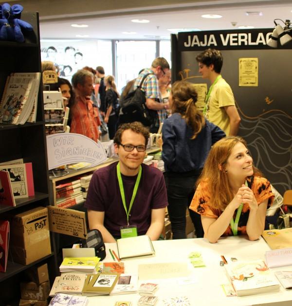 Christopher Burgholz und Burcu Türker signieren am Stand des Jaja Verlags