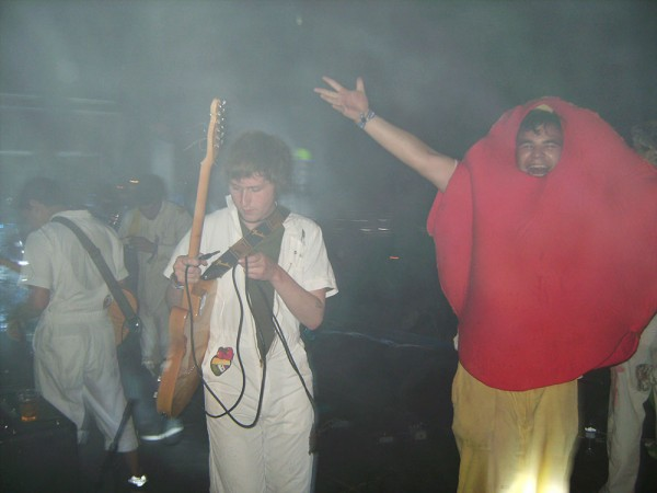 Yes, Dan Deacons band enjoys life, 2009. (Photo: Thomas Venker)