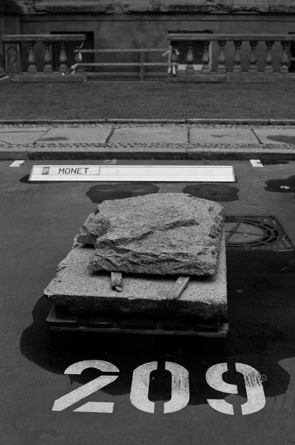Weder hatte Monet einen Parkplatz in Berlin noch gestaltete er Berliner Bürgersteige, das kann also nur Kunst sein