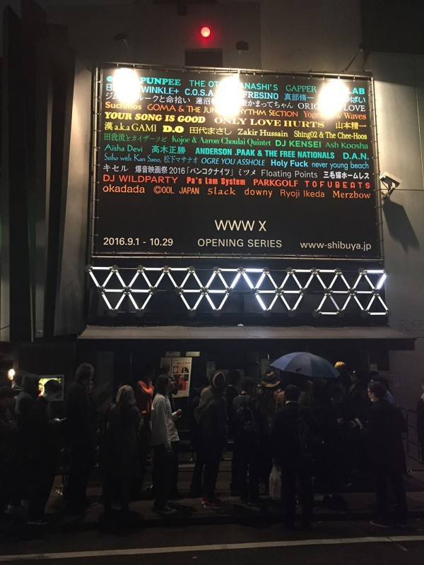 The line-up in front of WWW / WWW X