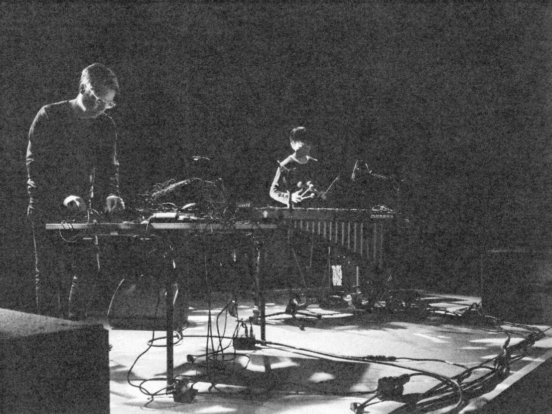"Jan Jelinek und Masayoshi Fujita performen ""Schaum""."