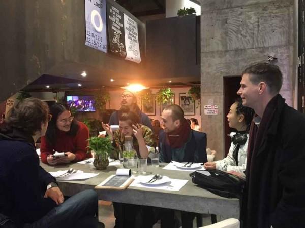 Dinner im Loopy, Yifei (zweiter v. li)